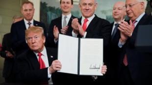 Дональд Трамп держит в руках декларацию о признании суверенитета Израиля над Голанскими высотами, Вашингтон, 25 марта 2019 года