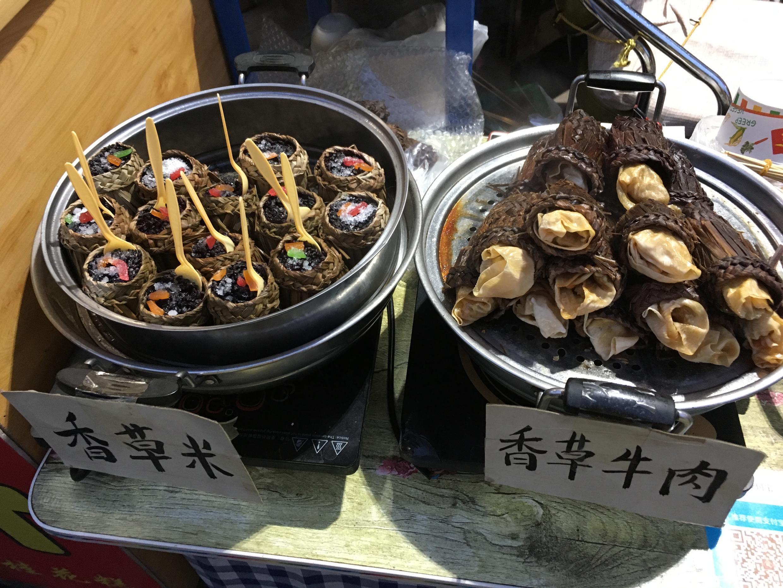 Parmi les spécialités locales, bœuf à la vanille et rouleaux de riz gluant sucré.