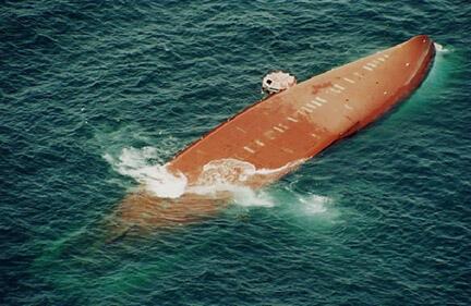 Une photo aérienne du Joola, lors de son naufrage, le 27 septembre 2002.