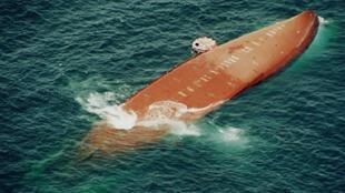 Le Joola, lors de son naufrage, le 27 septembre 2002.