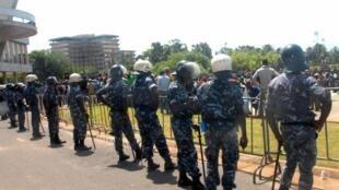 Des policiers togolais, face à une manifestation en novembre 2011.