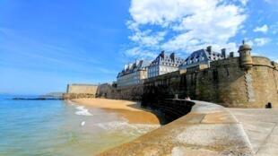 Saint Malo và các bãi tắm nổi tiếng ở vùng Bretagne.