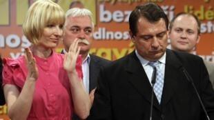 Chủ tịch đảng Dân chủ Xã hội Jiri Paroubek (phải) trong cuộc họp báo sau khi có kết quả sơ bộ cuộc bầu cử, Praha, 29/05/2010