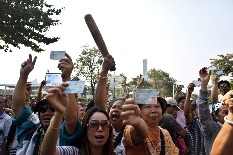 Electores manifiestan su descontento en Bangkok después de que miembros de la oposición les impidieran votar este domingo.