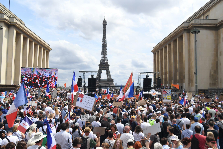 Manifestantes protestan contra la vacunación obligatoria del personal sanitario y de cuidados y contra el pase sanitario anticovid instaurado por el gobierno francés, en París, el 24 de julio de 2021