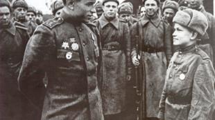 Enfant soldat de l'armée rouge recevant une médaille après une bataille en Pologne en 1944.
