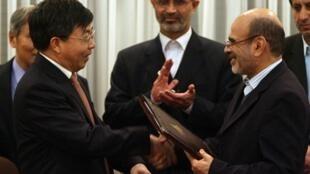 Bộ trưởng Thương mại Iran Hossein Noghrehkar Shirazi (phải) và Tổng giám đốc công ty dầu khí Trung Quốc Sinopec Zhou Baixiu (trái) ký hợp đồng trị giá 2 tỉ đô la ngày 09/12/2007.