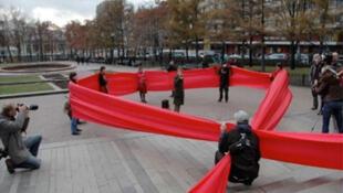 Des activistes de l'ONG FrontAIDS Russia demandent la mise à disposition de traitements du VIH pour les drogués devant des bâtiments administratifs à Saint-Pétersbourg.