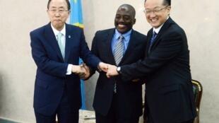 De gauche à droite, le secrétaire général des Nations unies Ban Ki-moon, le président de la RDC Joseph Kabila et le président de la Banque mondiale Jim Yong Kim à Kinshasa, le 22 mai 2013.