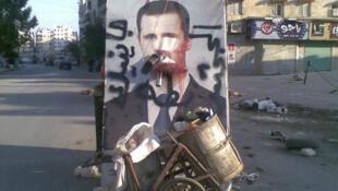 7月28日,政府军和反政府武装战斗开始前,阿勒颇市街道上,阿萨德的招贴画像