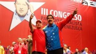 Hugo Carvajal (ici à gauche avec Nicolas Maduro en juillet 2014) a été proche de l'actuel président vénézuélien, avant de rejoindre son principal opposant Juan Guaido.