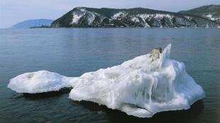 Le Lac Baikal avec un bloc de glace, au sud de la Sibérie, Russie.