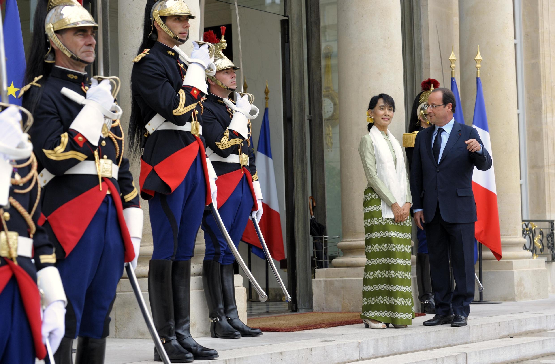 O presidente francês, François Hollande, recebe Aung San Suu Kyi no Palácio do Eliseu.
