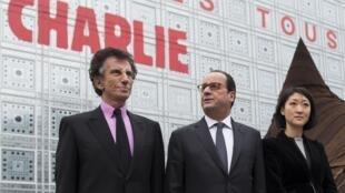 """Франсуа Олланд с министром культуры Флер Пеллерен и Джаком Лангом перед зданием Института арабского мира, на фасаде которого - надпись """"Мы все - Шарли""""  15/01/2015"""