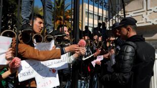 Université d'Alger, le 3 mars 2019: des étudiants qui protestent contre le 5e mandat du président-candidat Abdelaziz Bouteflika donnent des fleurs aux soldats.