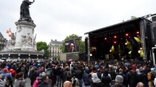Apesar do tempo chuvoso, show gratuito contra uma possível eleição de Marine Le Pen reuniu cerca de 2 mil pessoas no centro de Paris.