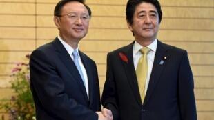 Dương Khiết Trì và Thủ tướng Nhật Shinzo Abe tại Tokyo ngày 14/10/ 2015.