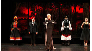 Arielle Dombasle ovationnée sur scène pour son rôle de Lana Turner