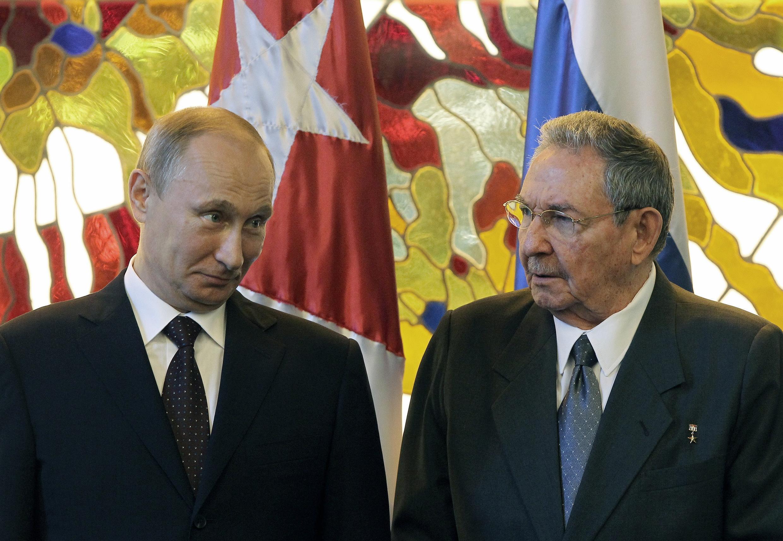 Le président Vladimir Poutine et son homologue cubain Raul Castro à La Havane, le 11 juillet 2014.