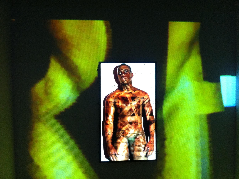 Tragédie tropicale (2013), installation vidéo de Maksaens Denis, exposée dans Haïti, deux siècles de création artistique, au Grand Palais, Paris.