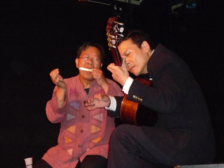Hai nhạc sĩ Trần Quang Hải và Nguyễn Lê Tuyên tại buổi diễn « Tam giác Âm nhạc Úc Pháp Việt ».