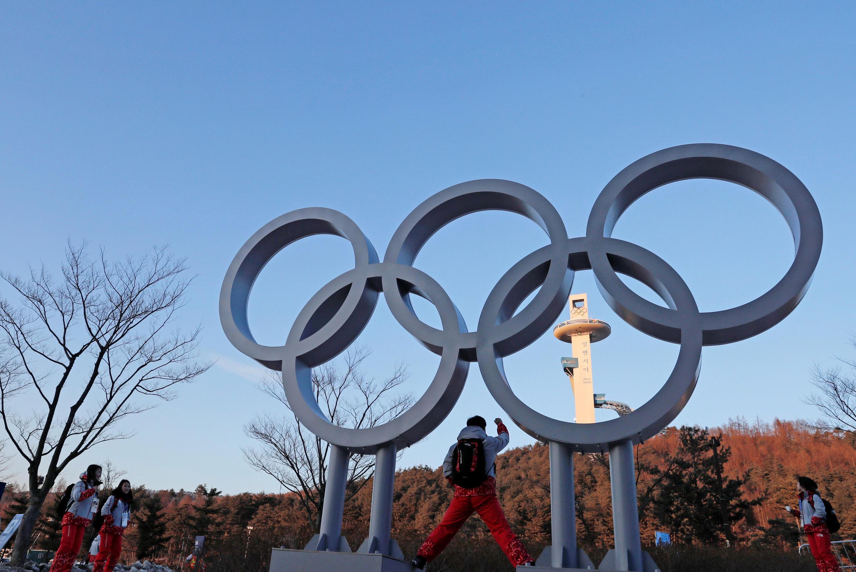 Jovens se fotografam na entrada dos Jogos Olímpicos de Inverno Pyeongchang.