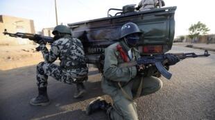 Des militaires de l'Union européenne forment des soldats maliens pour renforcer leurs capacités techniques mais aussi théoriques.
