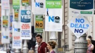 Campanha nas ruas de Dublin a favor e contra o pacto fiscal.