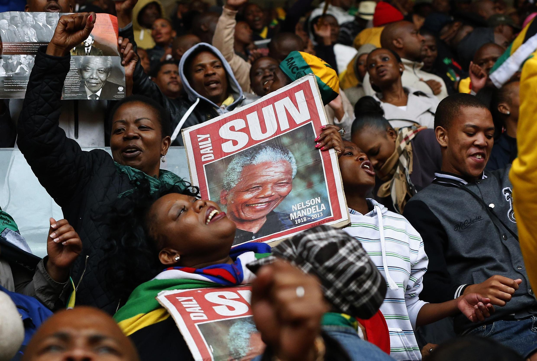 Com cantos e danças, os sul-africanos celebram a memória de Nelson Mandela no estádio Soccer City, de Soweto.