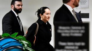 Bà Mạnh Vãn Châu rời tòa án British Columbia, Canada, sau khi nghe phán quyết về việc dẫn độ bà sang Hoa Kỳ.