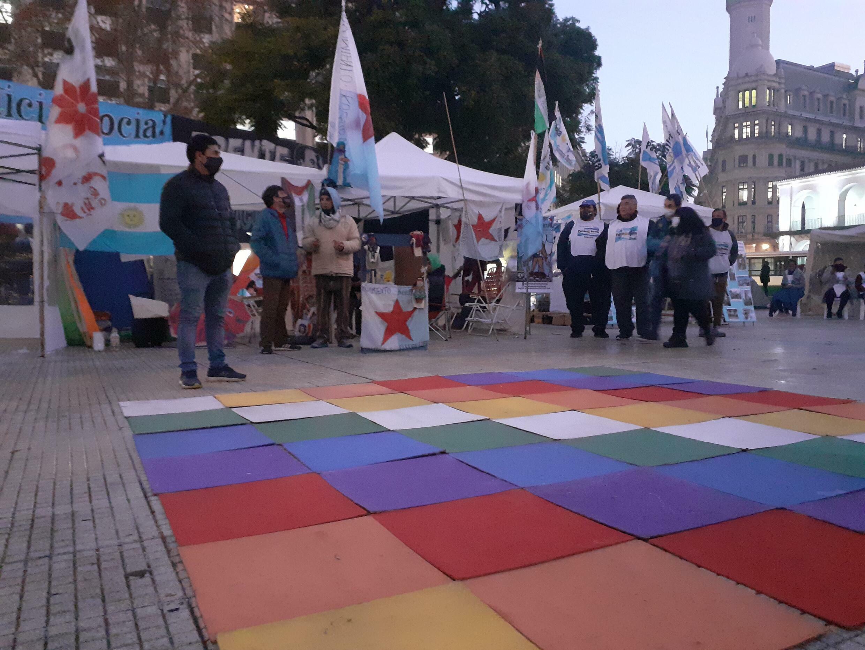 Des personnes ont commencé à mettre en place un campement sur la Plaza de Mayo à Buenos Aires pour protester contre l'incarcération de Milagro Sala, le 6 juillet 2021.