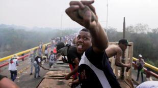 Affrontements entre des partisans de l'opposition vénézuelienne et les forces de l'ordre du pays, à la frontière avec la Colombie, le 23 février 2019.