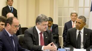 O presidente ucraniano Petro Porochenko conversa com os colegas francês, François Hollande, e americano, Barack Obama
