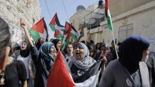Des milliers de Palestiniens scandant «intafada, intifada» ont appelé vendredi à un nouveau soulèvement contre Israël lors des funérailles à Jérusalem de Mohamed Abou Khdeir.