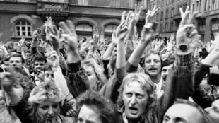 Allemands de l'Est manifestant, à Leipzig, pour demander le droit d'émigrer à l'Ouest, le 4 septembre 1989.