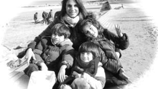 Maude Versini con sus tres hijos.