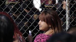 Parentes dos detentos da prisão de Apodoca à espera de informações neste domingo em Monterrey, no México.