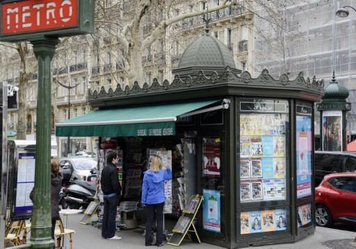 Les kiosques  parisiens (photo)  seront remplacés par des kiosques plus spacieux, vitrés et fermés mais sans dôme et frise qui rappelle le style haussmanien.