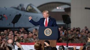 Shugaban Amurka Donald Trump a tsakiyar dakarun kasar da ke ketare.