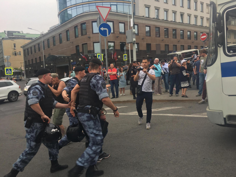 Задержания людей на марше в центре Москвы продолжаются