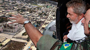 Le président brésilien Luiz Inacio Lula da Silva (D) observe d'un hélicoptère les dégâts causés par le seïsme à Port-au-Prince en Haïti, le 25 février 2010.