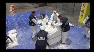پلیس ایتالیا از کشف محموله قاچاق 270 کیلوگرمی که از بندرعباس بارگیری شده بود، خبر میدهد-تصویر از رویترز