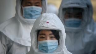 Ma'aikatan lafiya a China sanye da kariya yayin kula da masu coronavirus