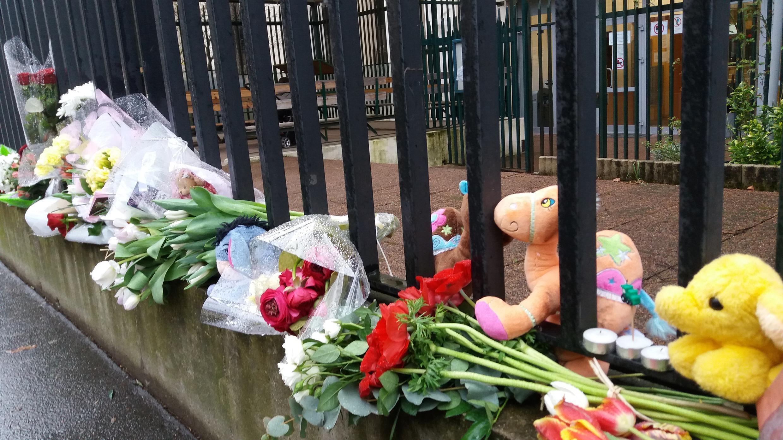 Цветы и мягкие игрушки возле здания российского посольства в Париже