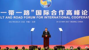"""Chủ tịch Trung Quốc Tập Cận Bình đọc thông cáo chung kết thúc thượng đỉnh """"Con Đường Tơ Lụa Mới """", tại Bắc Kinh, ngày 15/05/2017."""
