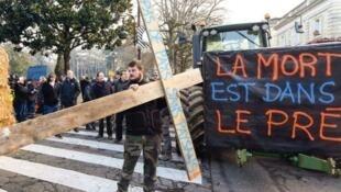 هر چهل و هشت ساعت یکبار یک کشاورز فرانسوی در نتیجۀ فقر و استیصال دست به خودکشی می زند.