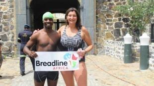 Jane Hardy et Arafat Gatabazi nagent autour du Cap de Bonne-Espérance en Afrique du Sud.