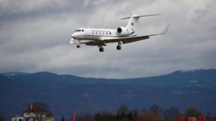 Самолет Gulfstream, принадлежащий администрации президента Алжира, над аэропортом Женевы. 10.03.2019