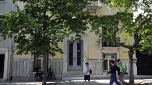 Desde su encarcelamiento, la prensa griega no ha dejado de revelar las sumas gastadas por el exministro para la decoración de la casa, cuyo frente se observa en la foto.
