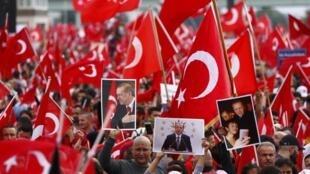 A Cologne, dans une mer de drapeaux turcs, ils étaient environ 40 000 d'après la police à avoir répondu à l'appel d'une organisation proche du régime d'Ankara.